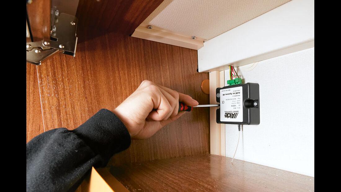 Die Empfangseinheit der Smart Control wird mit dem Bedienpanel der Heizung verbunden.