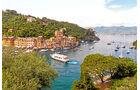 Die Haeuser von Portofino leuchten in Pastelltoenen.