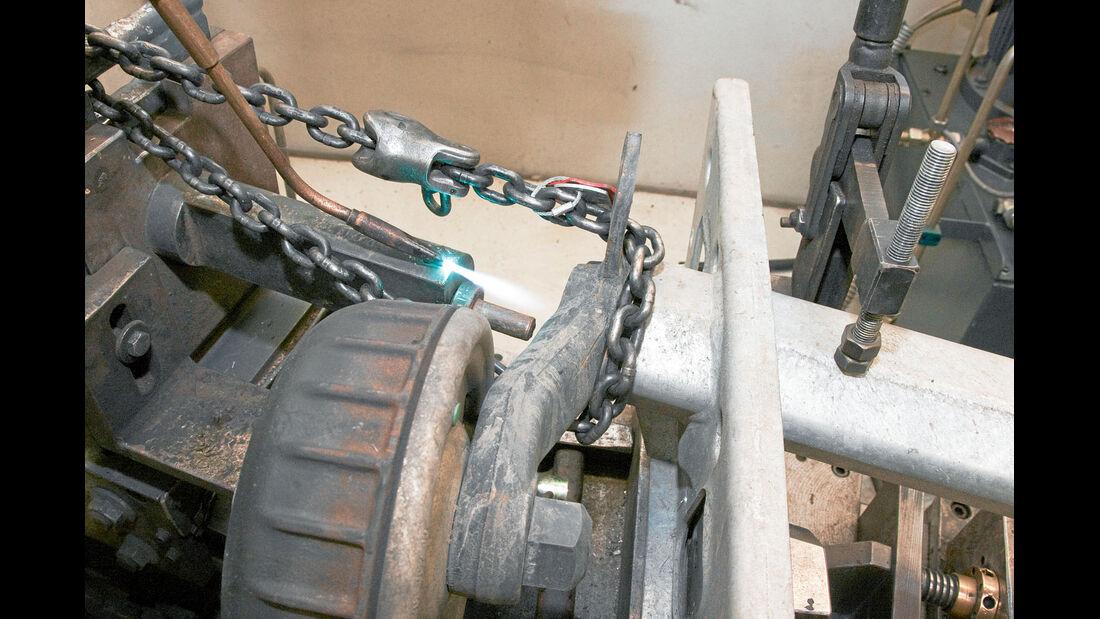 Die Kette zieht an den Achsstummeln und hilft somit, dass die Achstunnel aus dem Rohr gleiten.