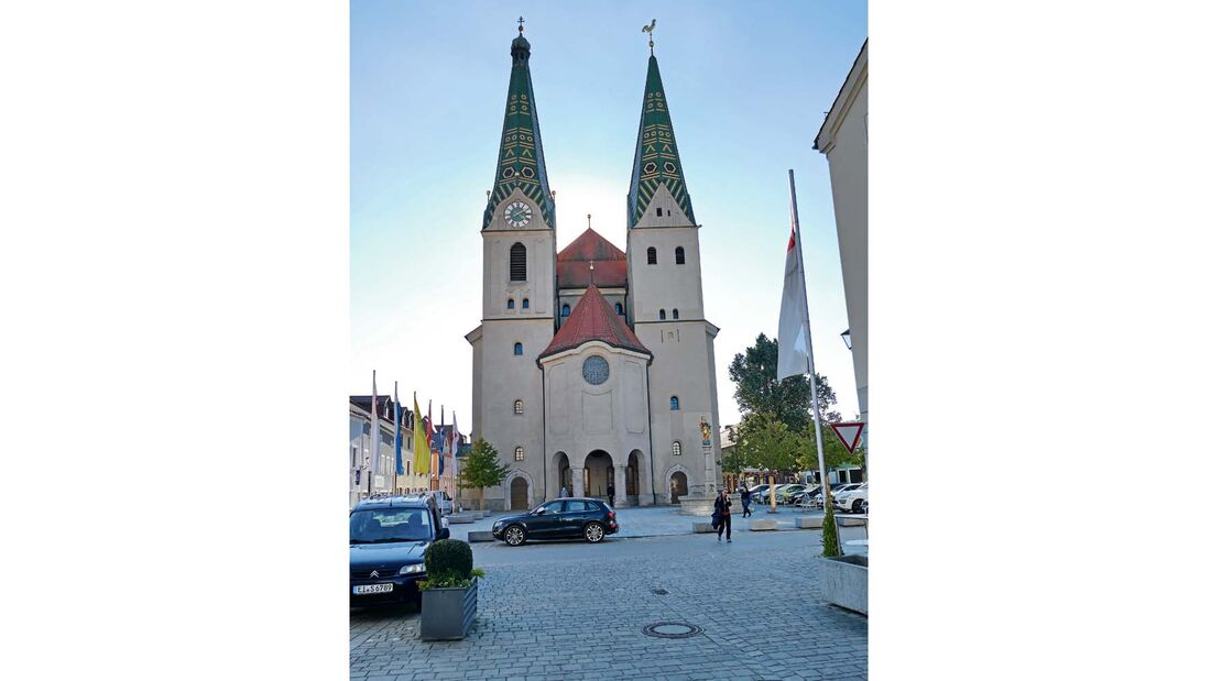 Die Kirche St. Walburga von Beilngries samt den beiden 50 Meter hohen Türmen.