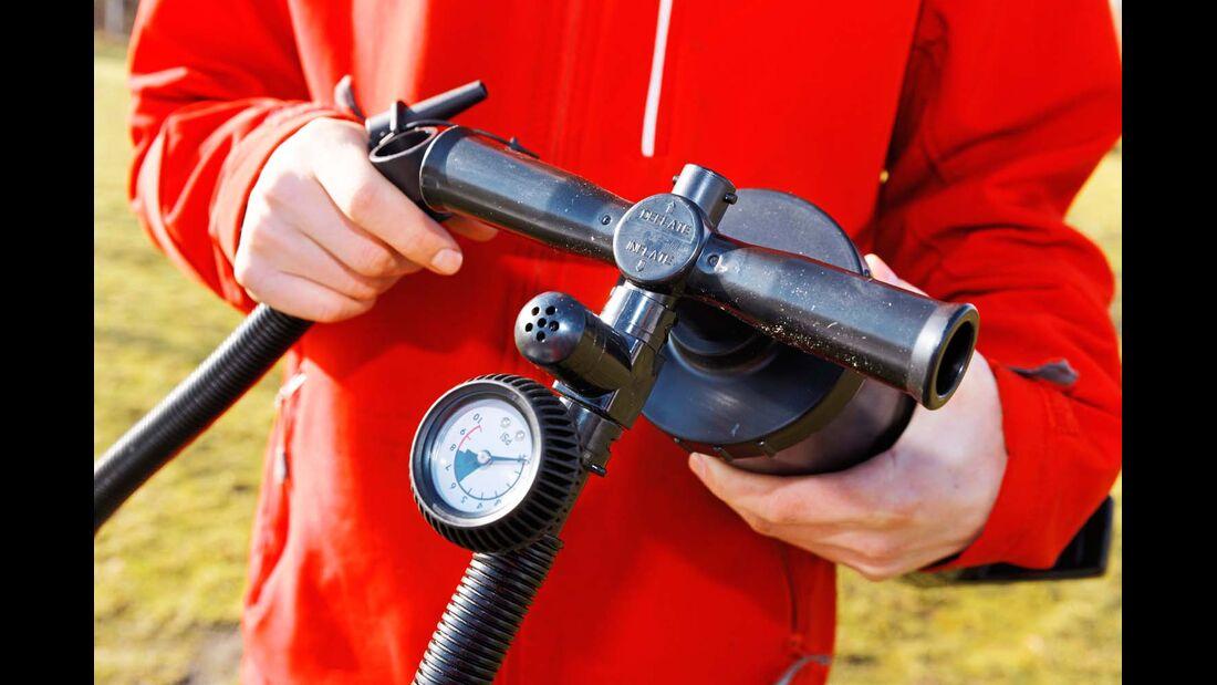 Die Luftpumpe ist mit einem Manometer ausgestattet. Eine Markierung zeigt den optimalen Druck an.