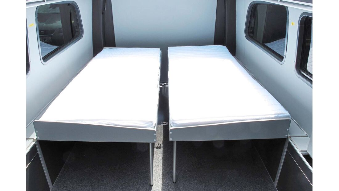 Die Sitzhocker und die beiden Einzelbetten klappen herunter