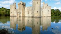 Die Wasserburg Bodiam Castle liegt 70 Kilometer westlich von Dover.
