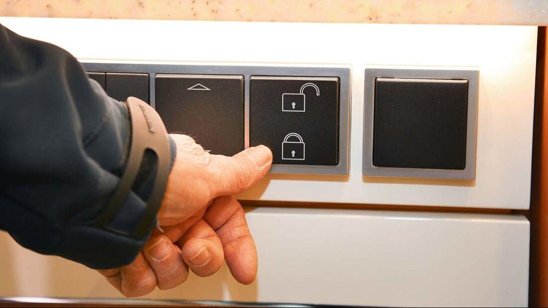 Die elektrische Zentralverriegelung aller Küchenauszüge wird wohl auch im Oberklasse-Caravan kommen.