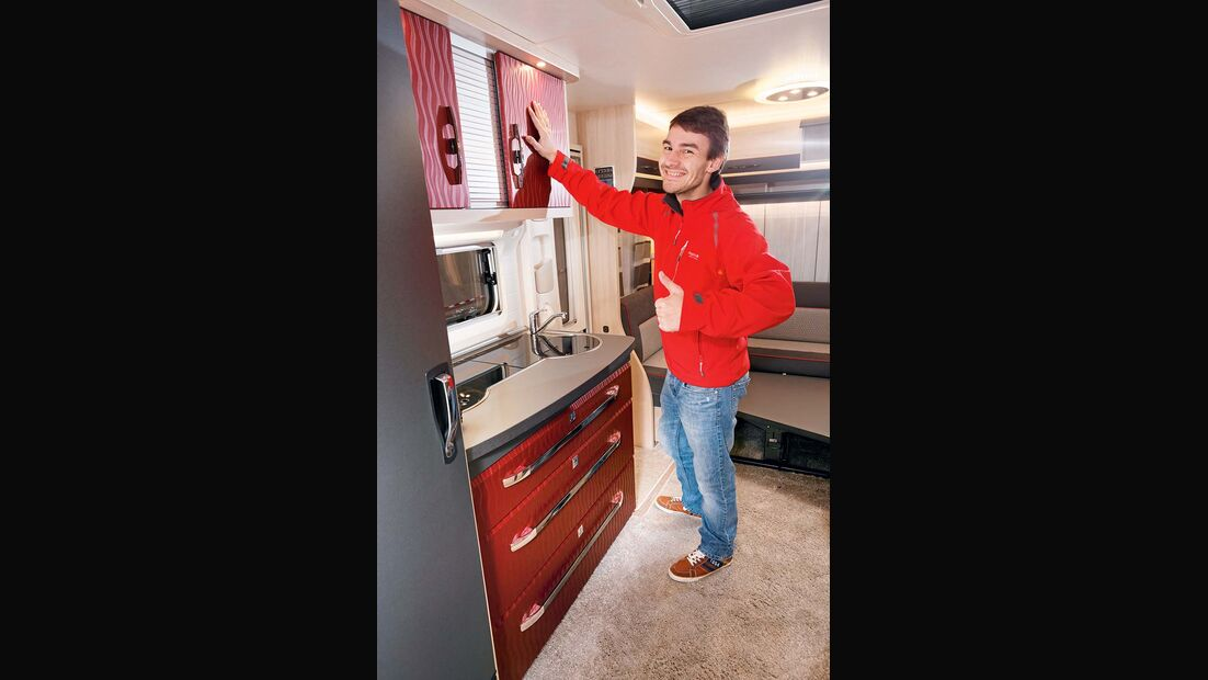 Die folierte Küche überzeugt mit seidenmatter Optik und strukturierter Oberfläche.