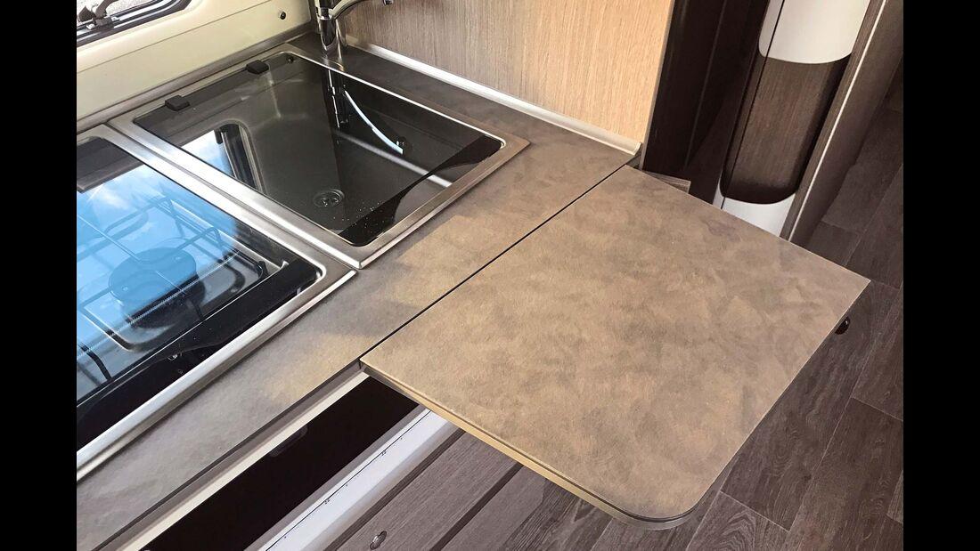 Die im Küchenblock versteckte Zusatzfläche ist groß und stabil und genau richtig postiert.