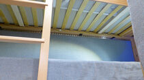 Die mit Stoff kaschierte Wand hinter den Etagenbetten ist beheizt.