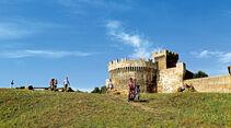 Die mittelalterliche Stadtmauer von Populonia am Golf von Baratti.