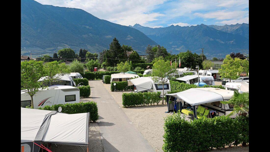 Die schön dekorierten Auslagen in den Läden unter den Meraner Lauben spiegeln die Gegensätze in Südtirol wider.
