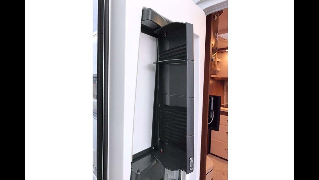 Die solide neue Hobby-Eingangstür hat Stauklappen mit integrierten Haltenetzen