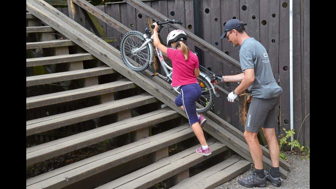 Eigene Fahrradspurenerleichtern das Überwinden der Holzbrücken.