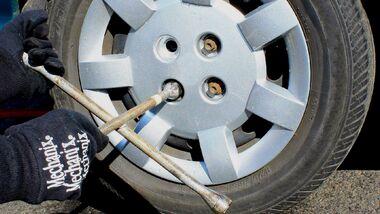 Ein Autoservice muss beim Reifenwechsel darauf hinweisen, dass die Muttern später eventuell kontrolliert werden müssen