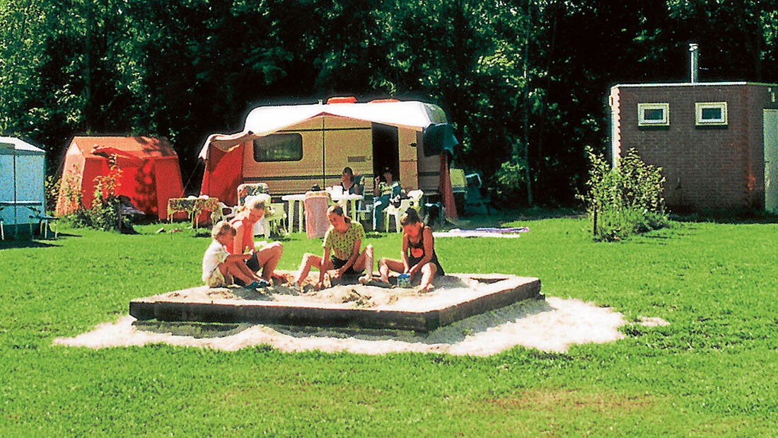 Ein Campingplatz für drinnen und draußen: Im Strandbad am großen See kann man schwimmen und sich entspannen, ebenso im Hallenbad. Für Kinder gibt es mehrere, teils überdachte Spielplätze.