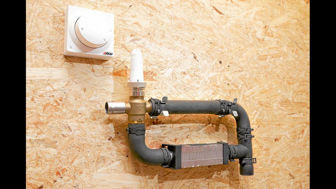 Ein Zusatzthermostat reguliert ueber ein Ventil einen zweiten Heizkreislauf.