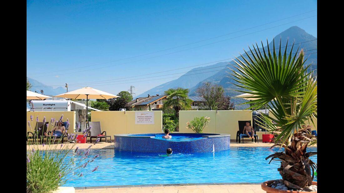 Ein großes Freibad ist unter anderem mit Whirlpool ausgestattet.