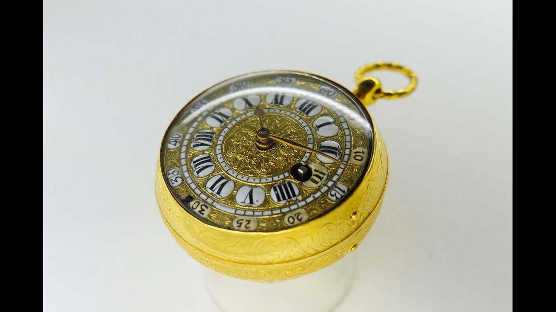 """Eine französische """"Zwiebel""""-Taschenuhr aus dem 17. Jahrhundert."""
