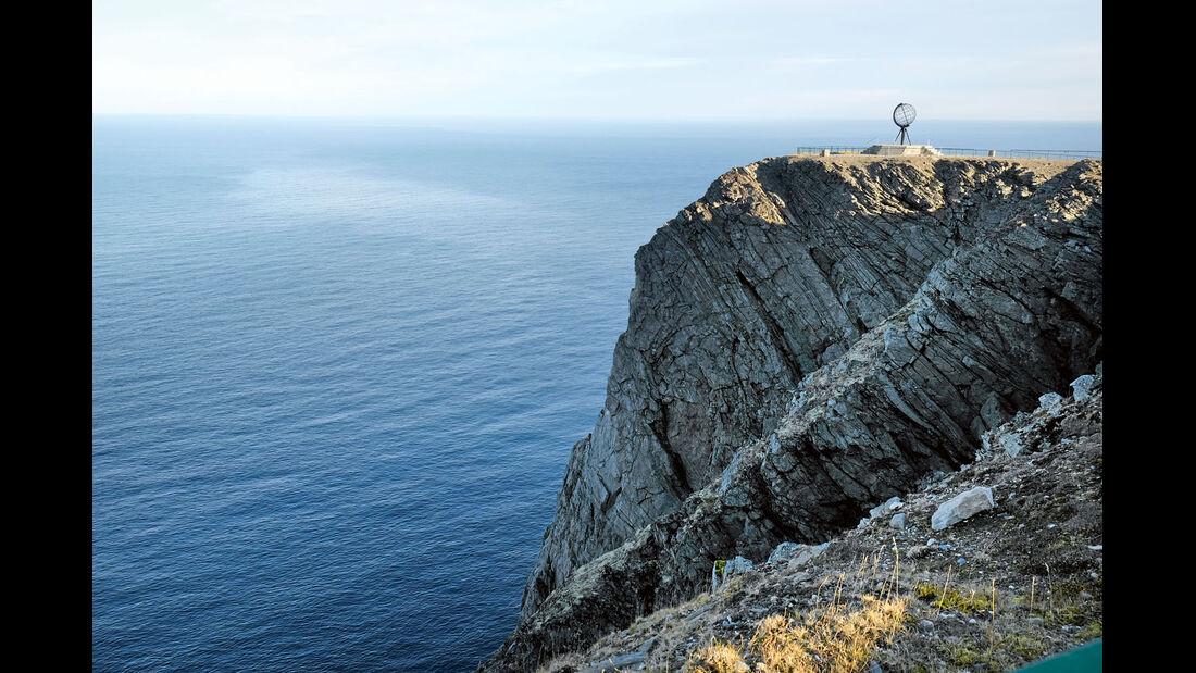 Eiserne Weltkugel am Kap 300 Meter über dem Meer