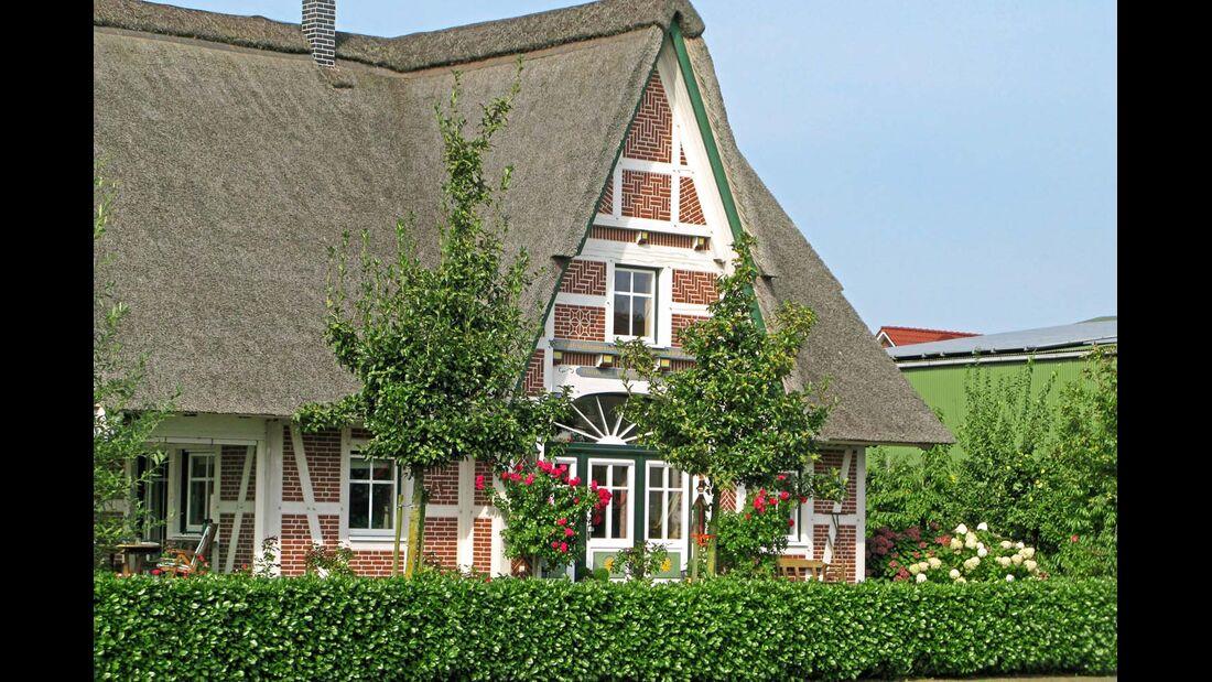 Fachwerkhäuser wie dieses sieht man oft im Alten Land.
