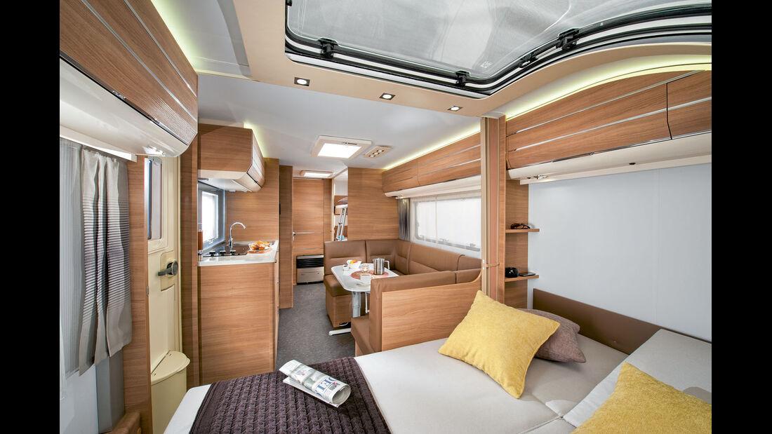 Familien-Caravan Adora 573 PT mit Rundsitzgruppe.