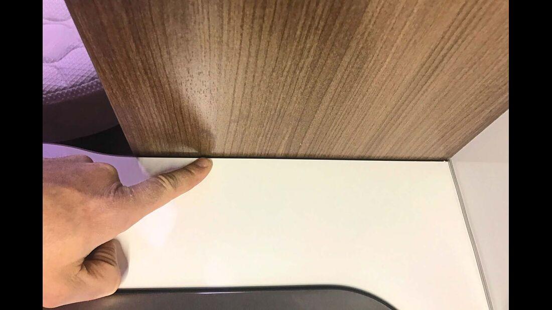 Fehlende Dichtungen links und rechts der Küchenarbeitsplatte