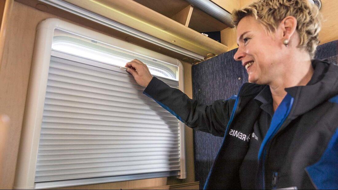 Fensterrollos schützen nachts vor neugierigen Blicken und tagsüber vor Sonneneinstrahlung.