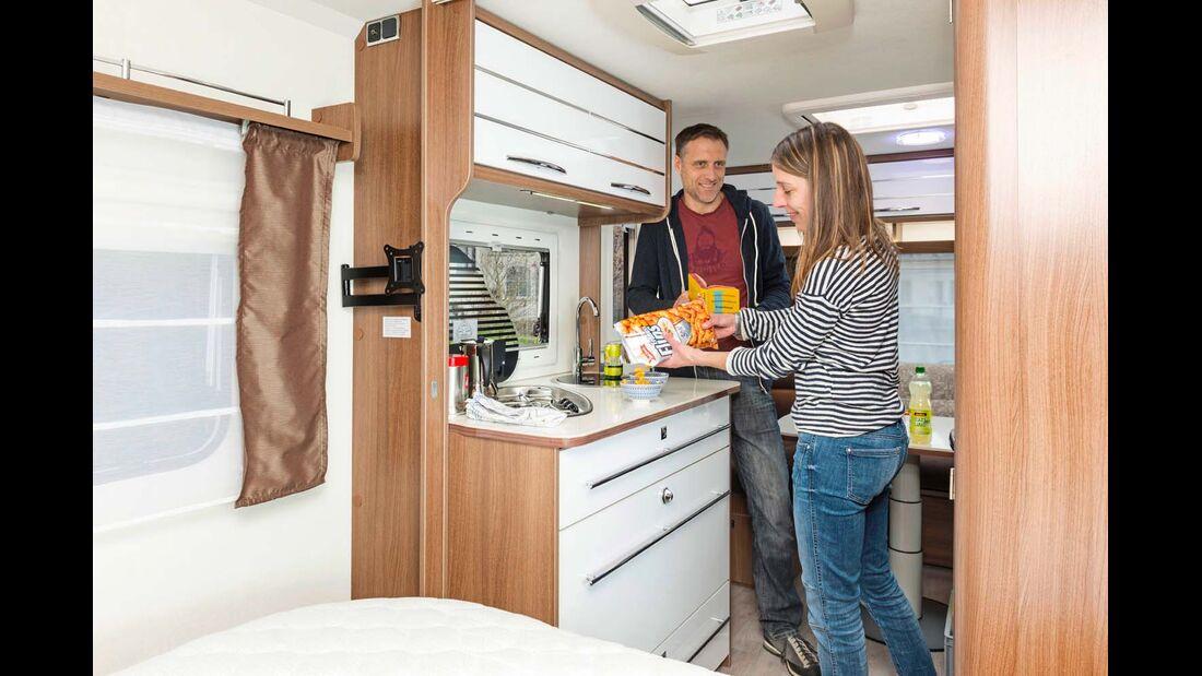 Für einen Zwei-Personen-Wagen genügen Stauraum und Arbeitsfläche der Küche vollauf.