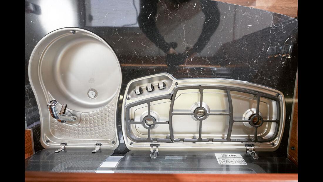 Geraeumige Spuele und Kocher mit Elektrozuender und Platz fuer große Toepfe beim Tabbert Puccini