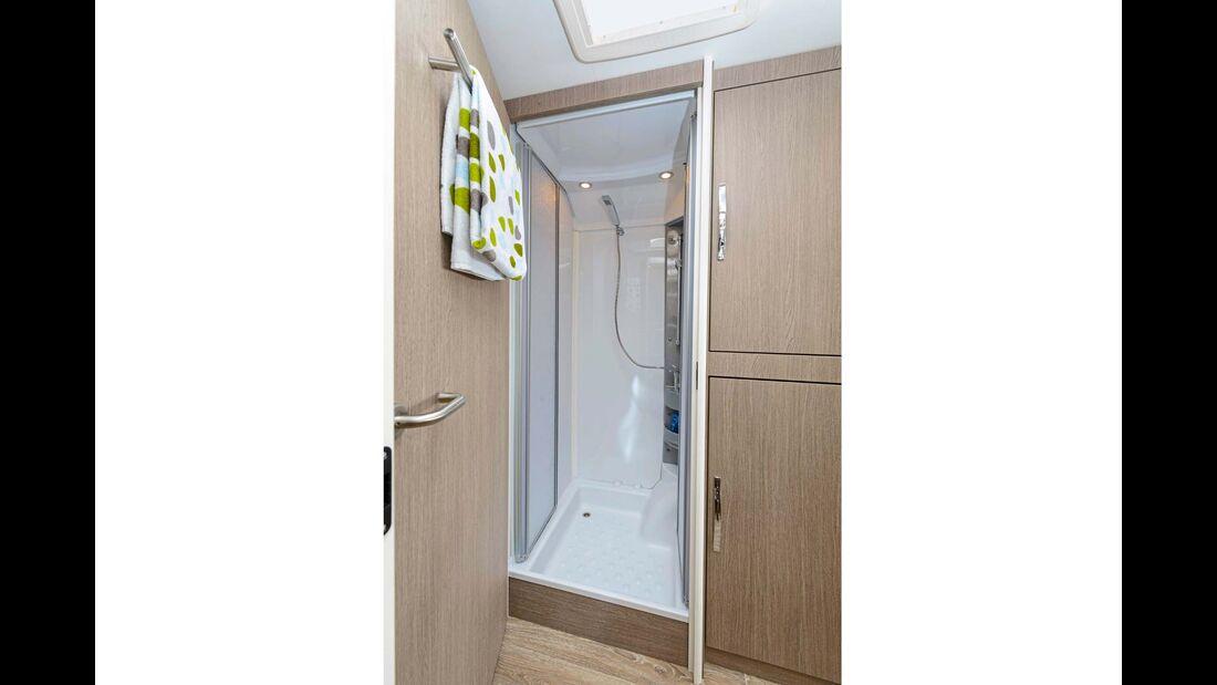 Große, dank Wassereinspeisung gut nutzbare, optionale Dusche.