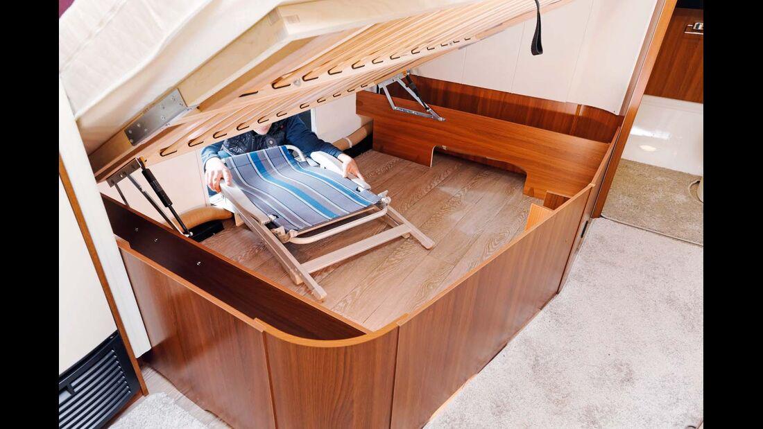 Großer Bettstauraum mit Standard-Serviceklappe und gut geschützten Leitungen.