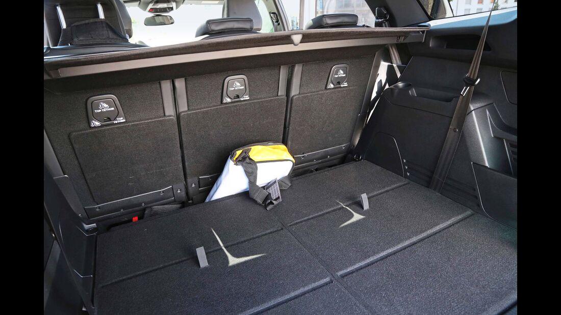 Großer Spalt zwischen den Rücksitzen und dem Kofferraumboden.
