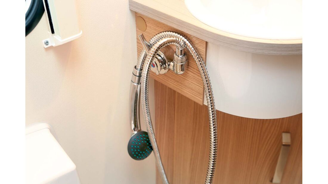 Handbrause für optionale Duscheinrichtung findet keinen rechten Platz beim Knaus Sport & Fun