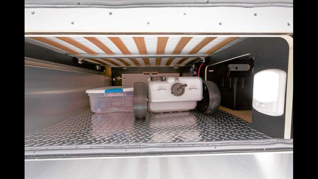 Heckstauraum mit Blechboden ausgekleidet beim Airstream 684