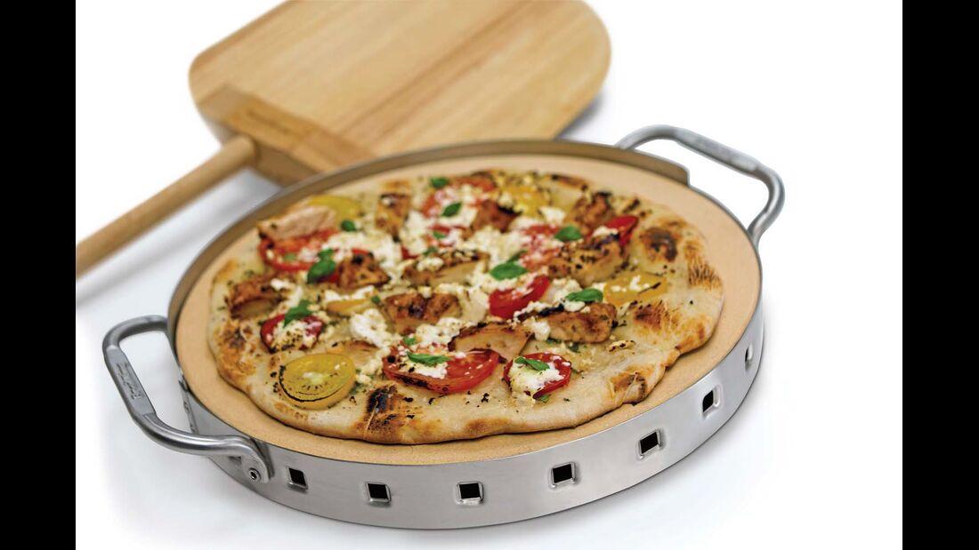 Heißer Stein. Bella Italia zum Selbermachen: Das Pizzastein-Set von Broil King ermöglicht die Zubereitung der beliebten Teigfladen auf dem Gas- und Kohlegrill. In dem Edelstahlgestell ist ein Thermometer integriert . Mit zwei Griffen kann der Stein samt Halterung aus dem Grill gehoben werden. Stilecht serviert wird die Pizza mit einer Holzschaufel. Das Set kostet etwa 90 Euro. Info: broilkingbbq.com