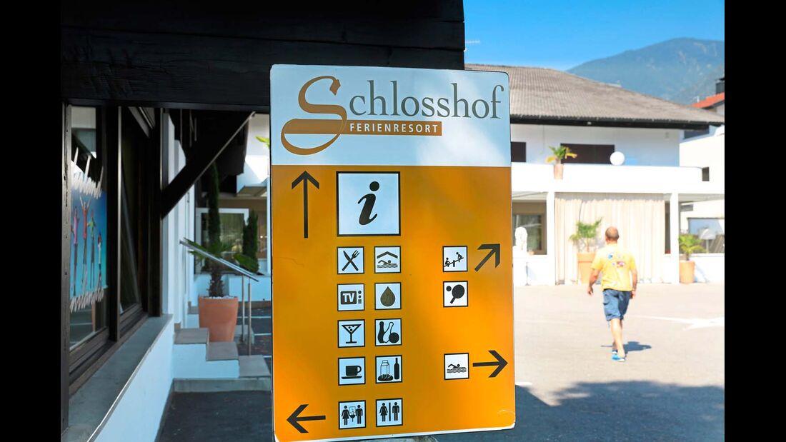 Im Haubgebäude sind unter anderem Restaurant und Hallenbad.