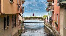 Im Ort Cassone mündet der Aril, mit 175 Metern kürzester Fluss der Welt