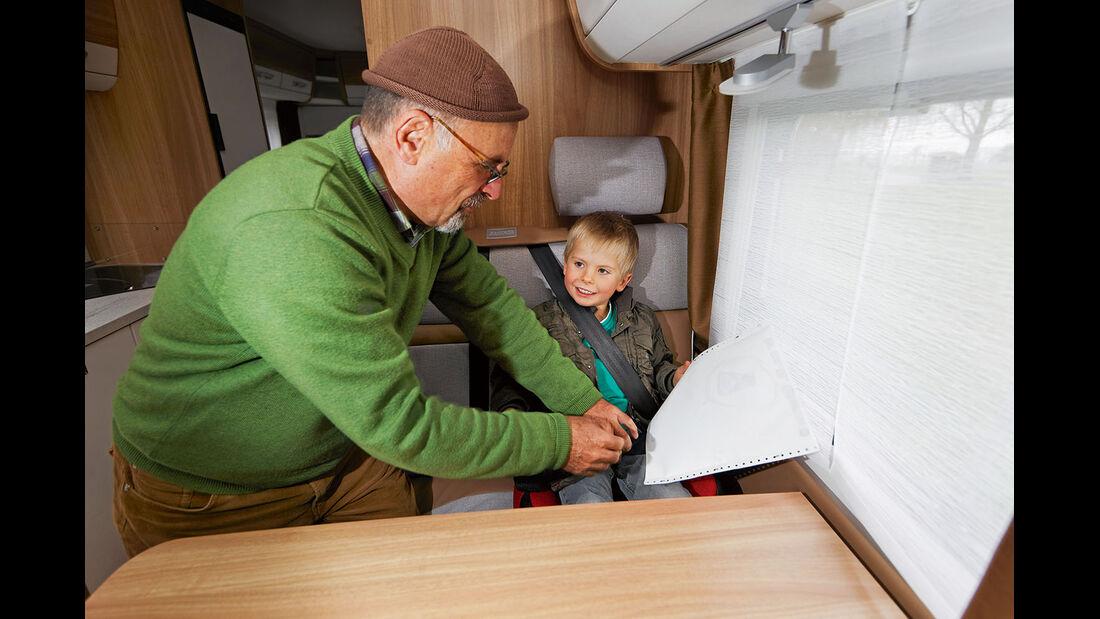 Im Reisemobil ist das Anschnallen von Kindern oft muehsam.