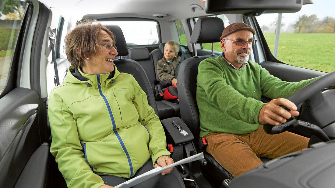 Im Zugwagen reisen Erwachsene und Kinder komfortabel.