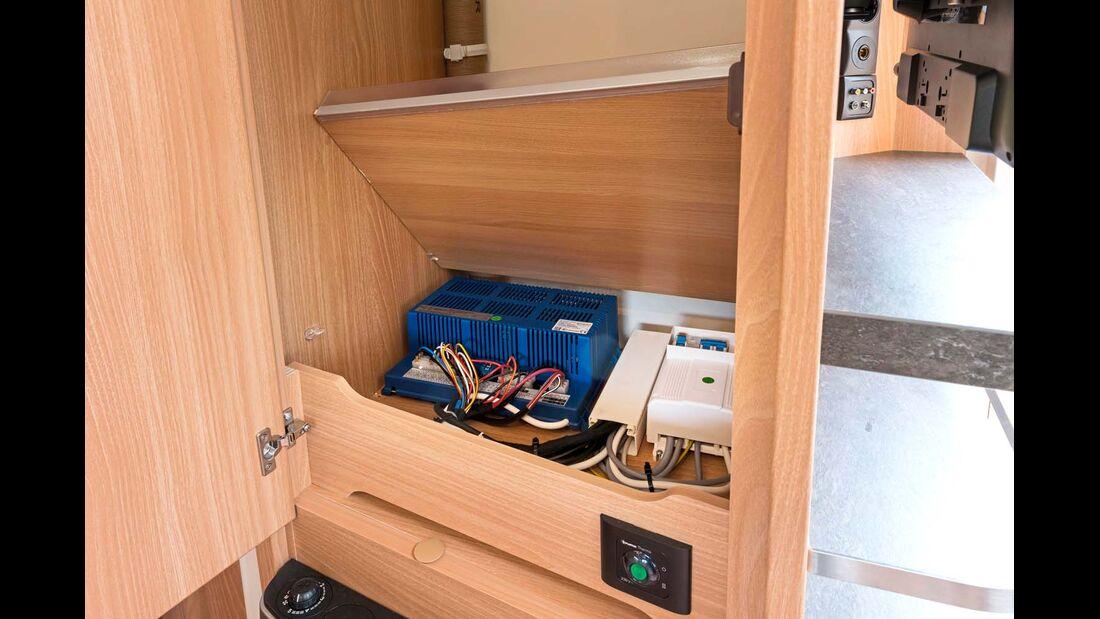 Im doppelten Boden des Kleiderschranks verbirgt sich die Bordelektrik.