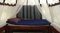 In den Indianerzelten der Goldenwood Lodge schläft man auf richtigen Betten.