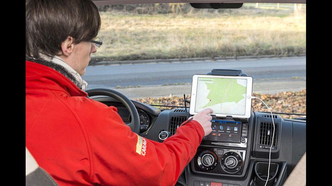 In großen Zugfahrzeugen wie VW Bussen eignet sich ein Tablet zur Navigation.