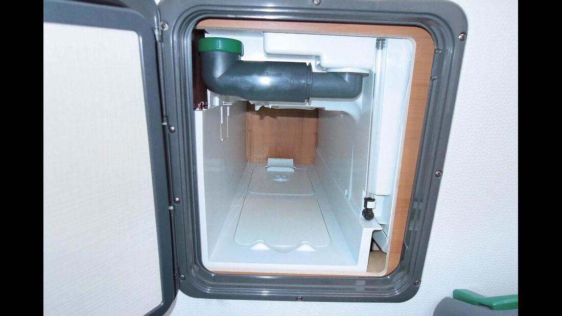 Kassettenschacht der Toilette ist weder an der Serviceklappe noch zum Innenraum verfugt beim Eriba Touring Troll 542