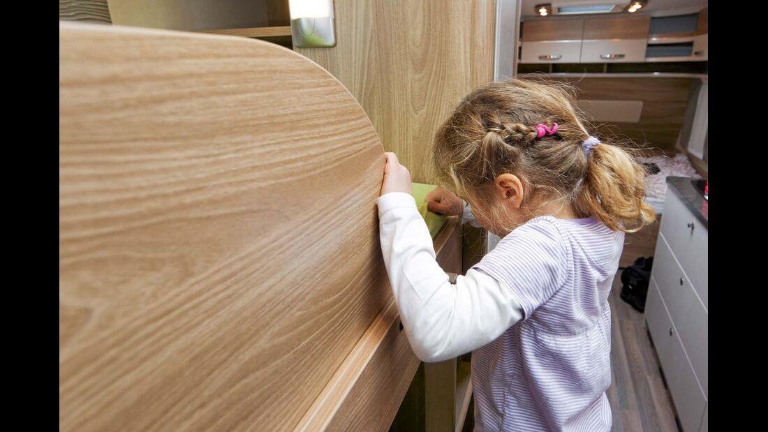 Kinder können sich beim Auf- und Abstieg ins obere Bett nur links festhalten im Bürstner Premio