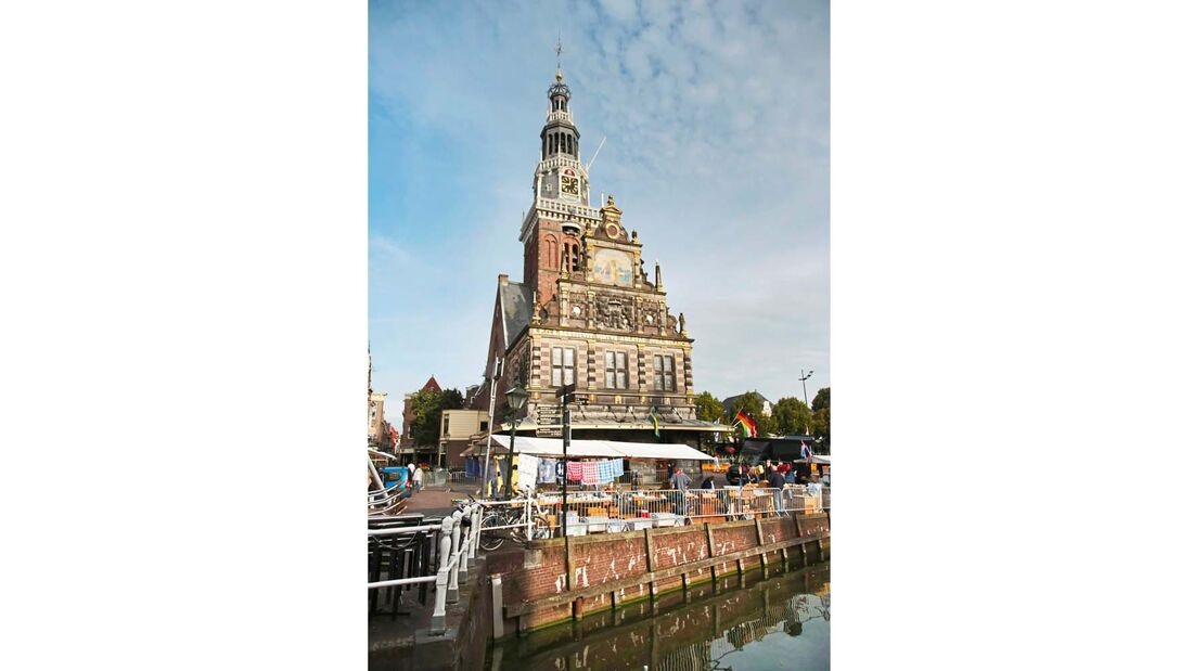 Kirchturm hoch über dem berühmten Käsemarkt von Alkmaar.
