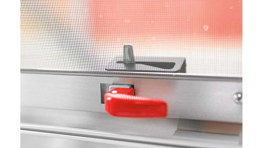 Knebel sichern die Glas-Ausstellfenster beim Airstream 684