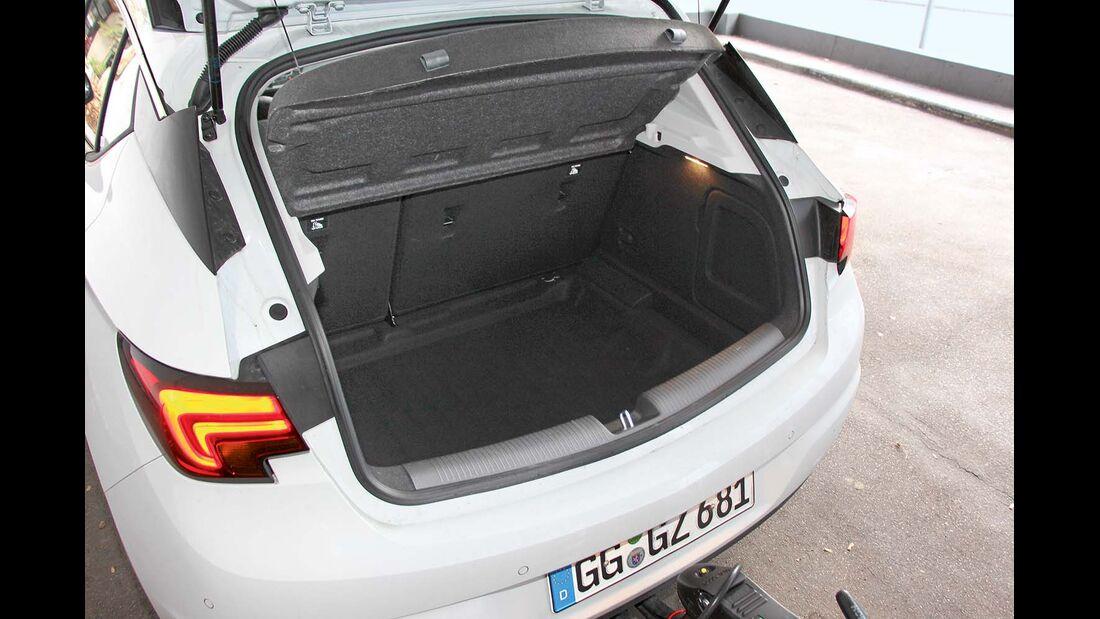 Kofferraum mit 370 Liter Volumen, aber hoher Ladekante und Stufe mit umgelegten Rücksitzen beim Opel Astra