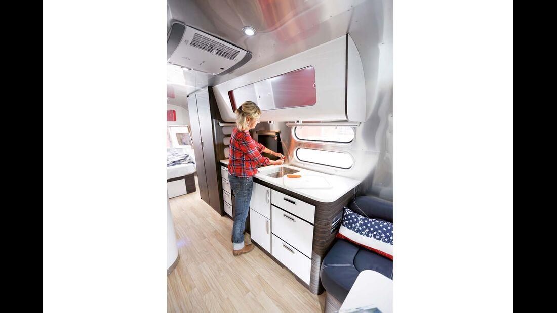 Küche mit Corean-Arbeitsplatte, große Spüle, üppiger Wasserdruck und Herd mit Ofen im Airstream 684