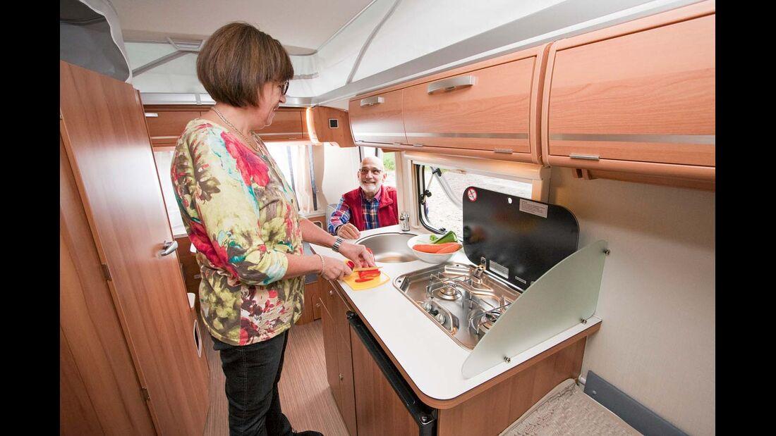 Küche mit Zweiflammkocher, großer Spüle und tiefem 60-Liter-Kühlschrank im Eriba Touring Troll 542