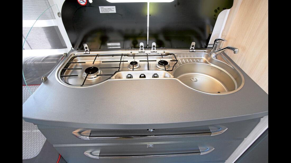 Küchen mit Rollladenelement in den Oberschränken und neuer Kocher-/Spüle-Kombi