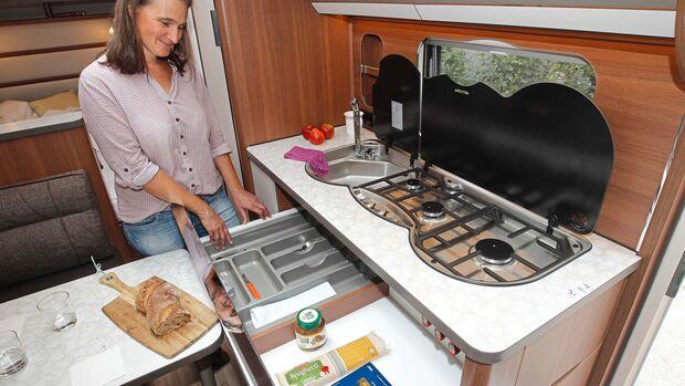 Küchenblock mit großen Schubladen und einem Regal, das optional mit einem Apothekerauszug bestückt werden kann.
