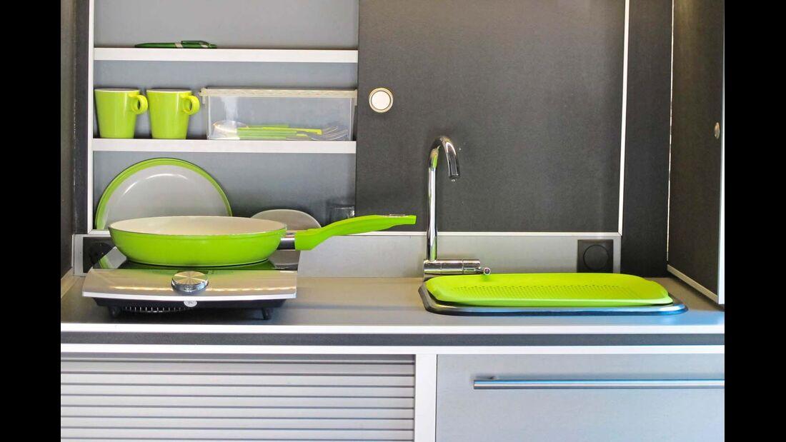 Kühlbox und Kocher lassen sich aus dem Küchenmodul ziehen.